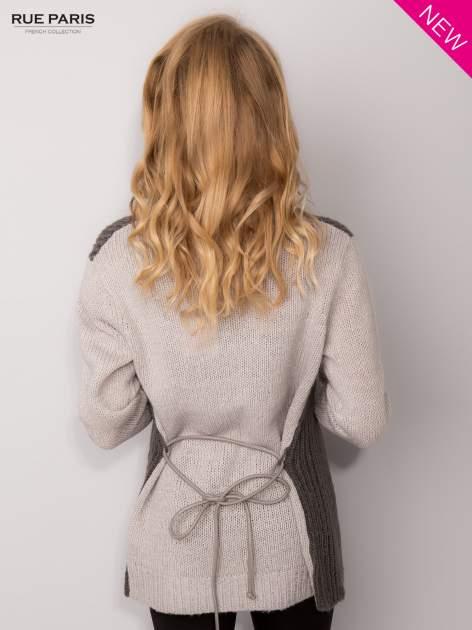 Szary sweter z kontrastowymi rękawami i paskiem                                  zdj.                                  4