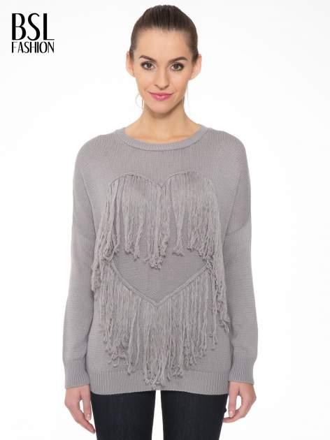 Szary sweter z sercem obszytym frędzlami