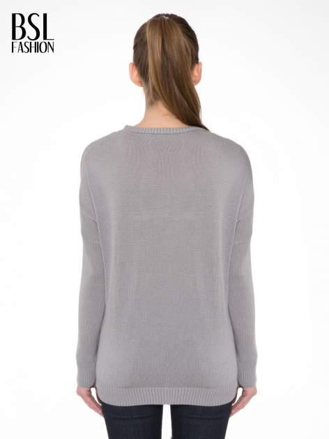 Szary sweter z sercem obszytym frędzlami                                  zdj.                                  4