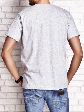Szary t-shirt męski z nadrukiem napisów i cyfrą 9                                  zdj.                                  3