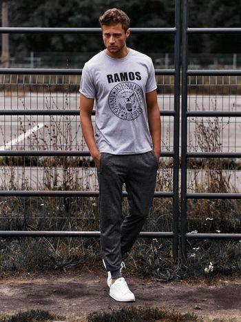 Szary t-shirt męski z napisem RAMOS i nadrukiem                                  zdj.                                  6
