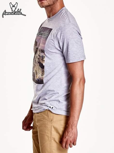Szary t-shirt męski ze zdjęciem miasta                                  zdj.                                  5