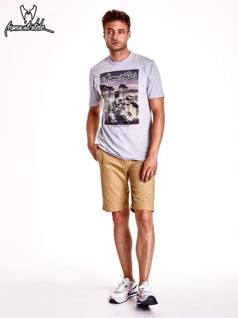 Szary t-shirt męski ze zdjęciem miasta                                  zdj.                                  3