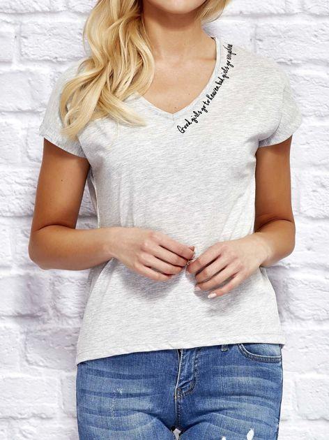 Szary t-shirt z delikatnym tekstowym nadrukiem