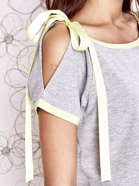 Szary t-shirt z limonkowym wykończeniem i kokardą                                  zdj.                                  5