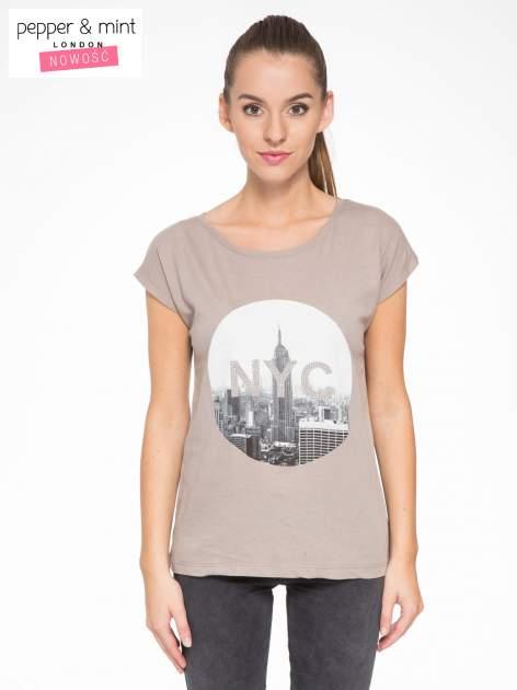 Szary t-shirt z nadrukiem NYC zdobiony dżetami                                  zdj.                                  1