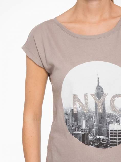 Szary t-shirt z nadrukiem NYC zdobiony dżetami                                  zdj.                                  6