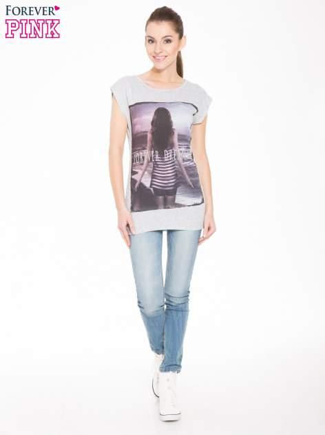 Szary t-shirt z nadrukiem dziewczyny w blogerskim stylu                                  zdj.                                  4