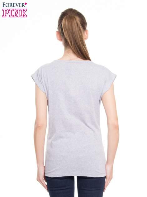 Szary t-shirt z nadrukiem kobiety-kota                                  zdj.                                  3