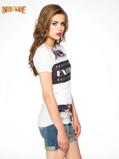 Szary t-shirt z nadrukiem pejzażu i napisem EXQUISTE z dżetami                                  zdj.                                  3