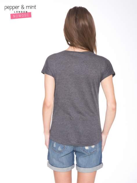 Szary t-shirt z nadrukiem twarzy i napisem WHOM?                                  zdj.                                  4