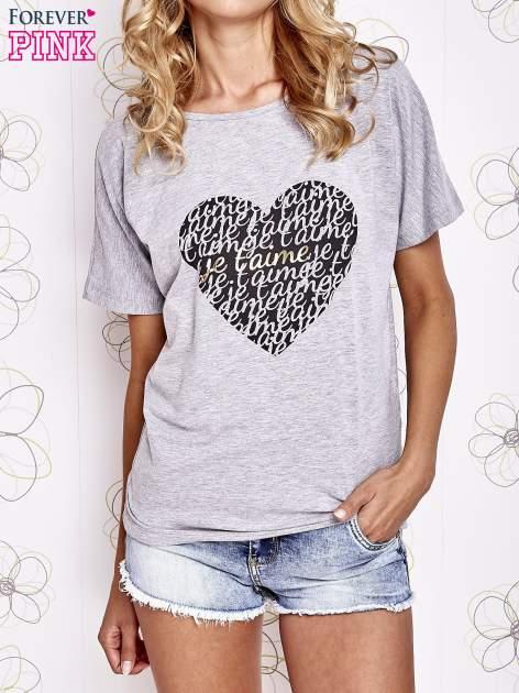 Szary t-shirt z napisem JE T'AIME i dekoltem na plecach                                  zdj.                                  1