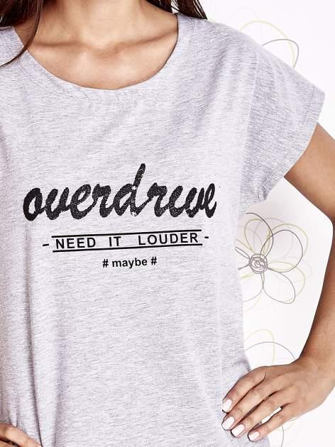 Szary t-shirt z napisem NEED IT LOUDER                                  zdj.                                  5