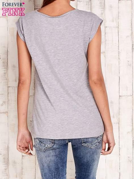 Szary t-shirt z numerem 58 z dżetów                                  zdj.                                  2