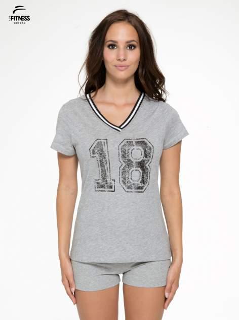 Szary t-shirt z numerem i sportową lamówką w stylu college                                  zdj.                                  1