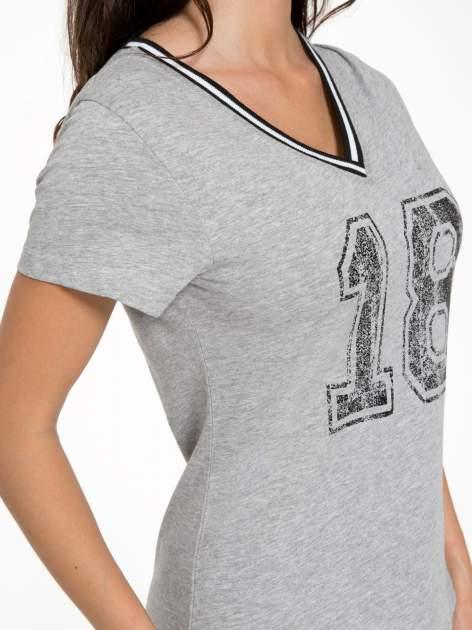 Szary t-shirt z numerem i sportową lamówką w stylu college                                  zdj.                                  7