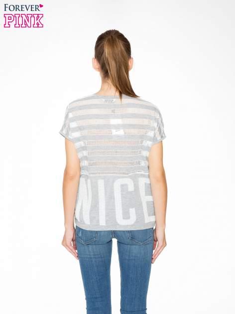 Szary t-shirt z siatkowym wzorem w stylu baseballowym                                  zdj.                                  4