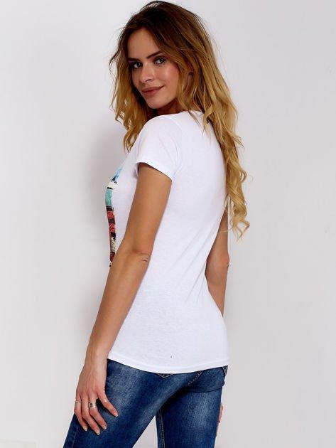 T-shirt biały z motywem samochodu                              zdj.                              2