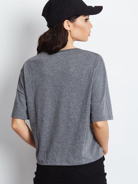 T-shirt ciemnoszary z napisem i graficznymi taśmami                              zdj.                              3