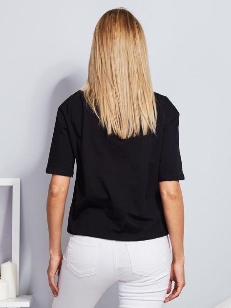 T-shirt czarny z napisem i graficznymi taśmami                                  zdj.                                  2