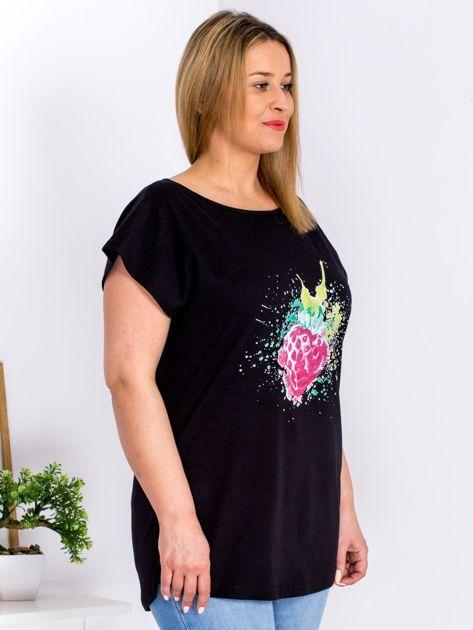 T-shirt czarny z truskawką PLUS SIZE                              zdj.                              3