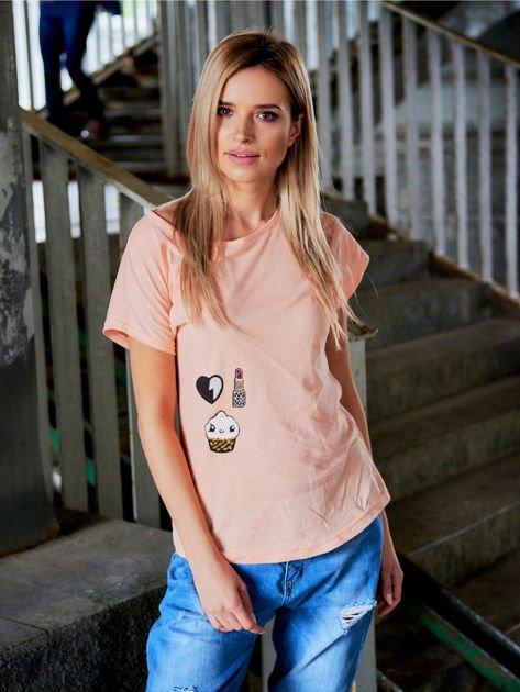 T-shirt damski brzoskwiniowy z naszywkami cekinowymi                              zdj.                              1