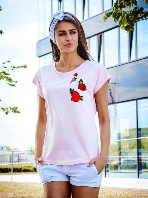 T-shirt damski jasnoróżowy z naszywkami RÓŻE                              zdj.                              1