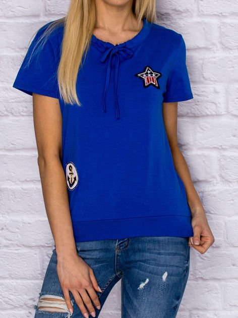 T-shirt damski z wiązaniem i naszywkami ciemnoniebieski                              zdj.                              1