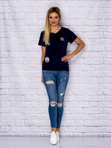 T-shirt damski z wiązaniem i naszywkami granatowy                              zdj.                              4