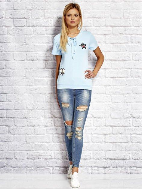 T-shirt damski z wiązaniem i naszywkami jasnoniebieski                              zdj.                              4