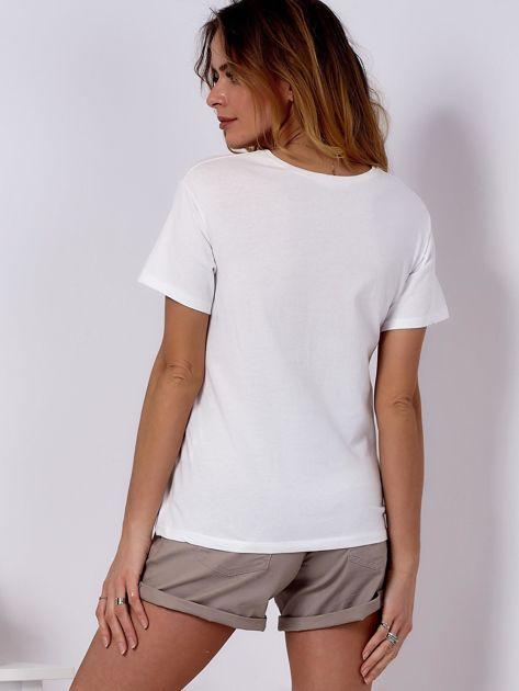 T-shirt ecru z kobiecą naszywką                              zdj.                              2