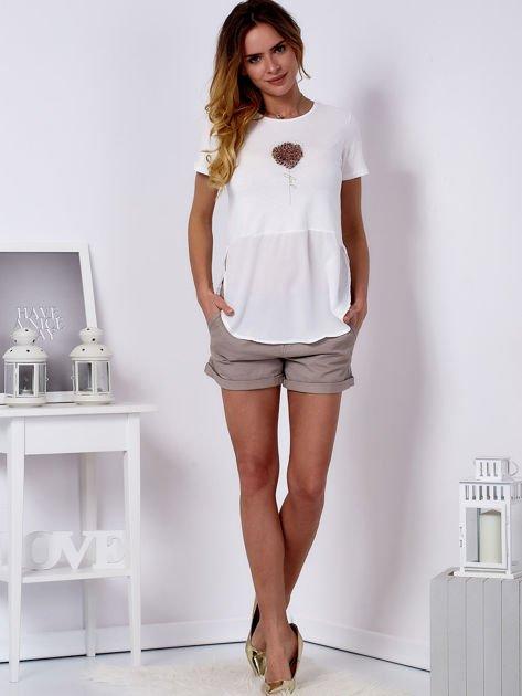 T-shirt ecru z wypukłą aplikacją i koszulą                                  zdj.                                  4