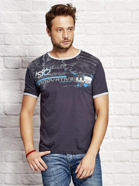 T-shirt męski z tekstowym nadrukiem granatowy                              zdj.                              1