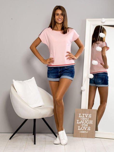 T-shirt z kolorową lamówką różowy                              zdj.                              4