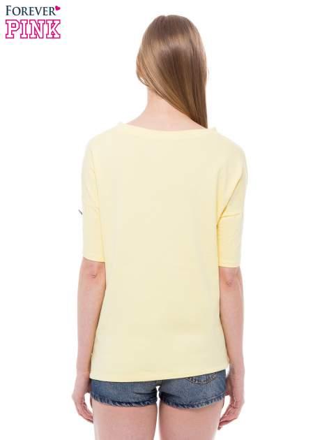T-shirt z nadrukiem i dłuższym tyłem w żółtym kolorze                                  zdj.                                  3