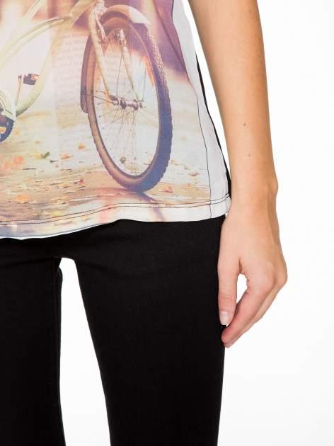 T-shirt z nadrukiem w stylu retro i czarnym tyłem                                  zdj.                                  7