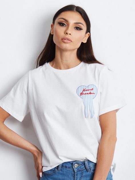 T-shirt z naszywką biały                              zdj.                              4