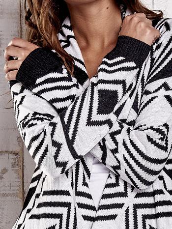 TOM TAILOR Biały asymetryczny sweter w graficzne wzory                                  zdj.                                  5