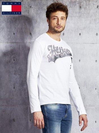 TOMMY HILFIGER Biała bluzka męska z tekstowym printem                              zdj.                              3