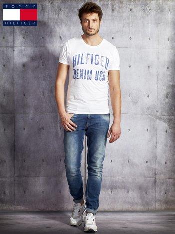 TOMMY HILFIGER Biały t-shirt męski z napisem                               zdj.                              4