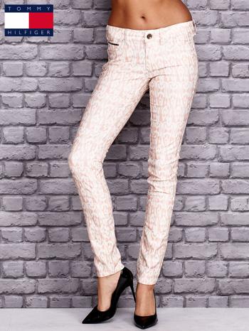 TOMMY HILFIGER Brzoskwiniowe spodnie we wzory                                  zdj.                                  1