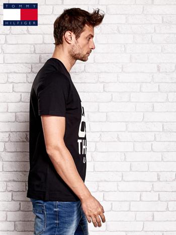 TOMMY HILFIGER Czarny t-shirt męski z napisem 85                                  zdj.                                  2