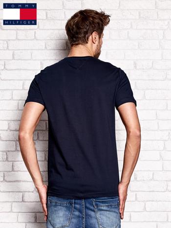 TOMMY HILFIGER Granatowy t-shirt męski z napisem 85                                  zdj.                                  3