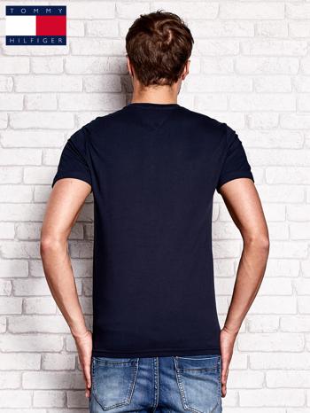 TOMMY HILFIGER Granatowy t-shirt męski z napisem HILFIGER DENIM                                  zdj.                                  3