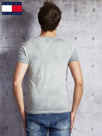 TOMMY HILFIGER Szary dekatyzowany t-shirt męski                              zdj.                              2