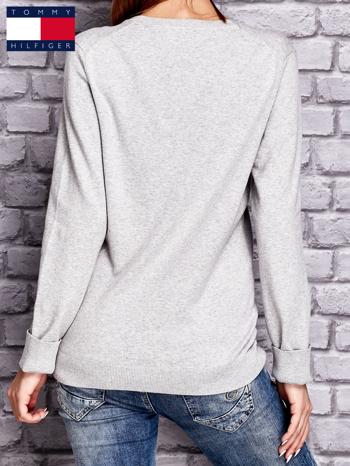 TOMMY HILFIGER Szary sweter z dekoltem w serek                                  zdj.                                  2