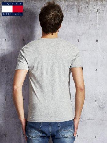 TOMMY HILFIGER Szary t-shirt męski z czerwonym nadrukiem                                   zdj.                                  2