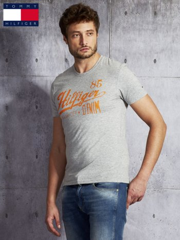 TOMMY HILFIGER Szary t-shirt męski z pomarańczowym nadrukiem                               zdj.                              5