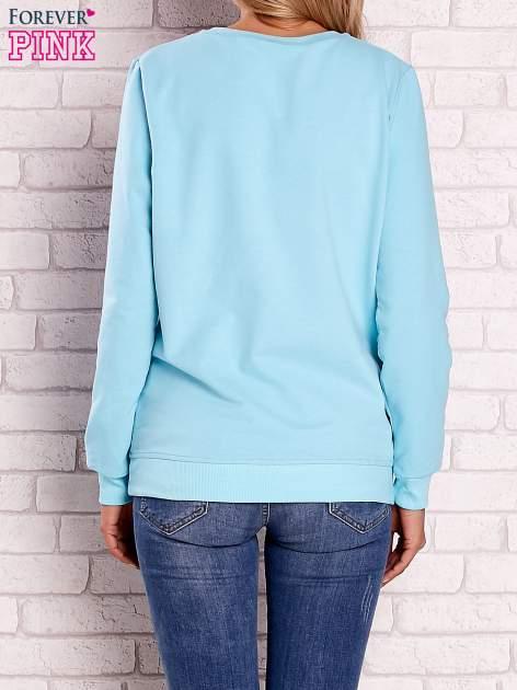 Turkusowa bluza z kolorowym nadrukiem                                  zdj.                                  3