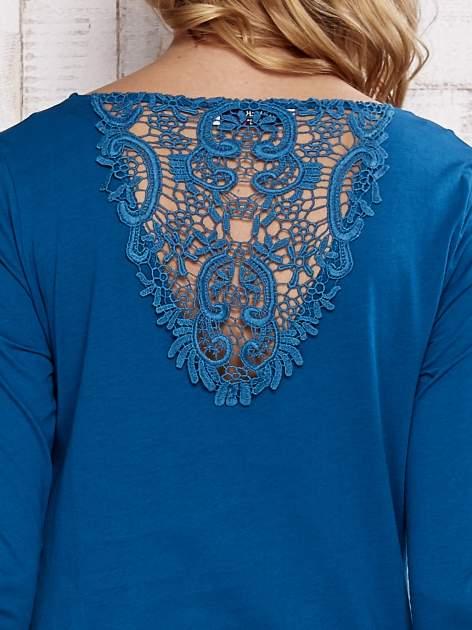 Turkusowa bluzka z koronkową wstawką na plecach                                  zdj.                                  5